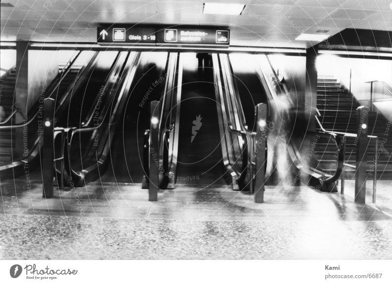 I'm a ghost Mensch Bewegung Schwarzweißfoto Bahnhof Geister u. Gespenster Rolltreppe