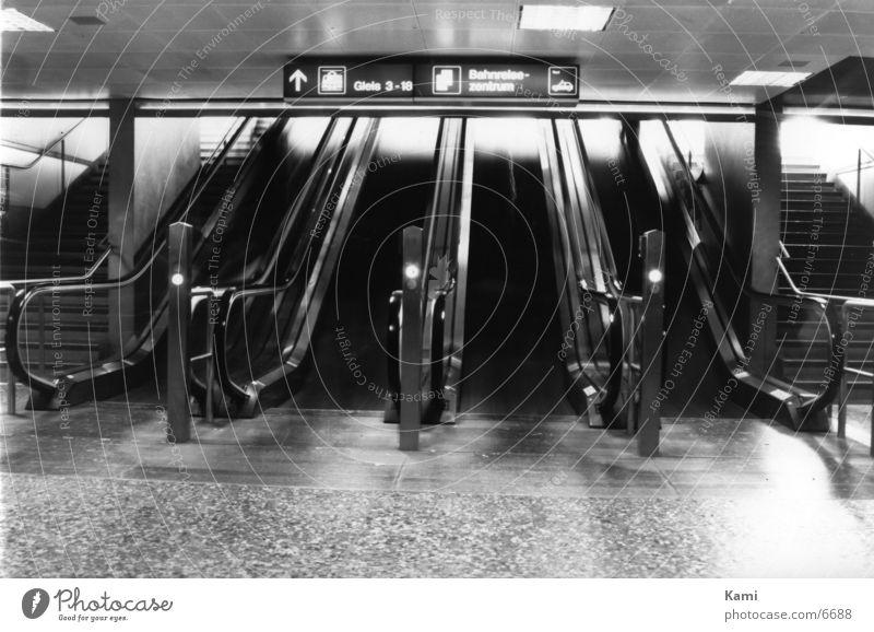 Rolltreppe Dinge Bahnhof Bewegung Schwarzweißfoto Geister u. Gespenster Mensch