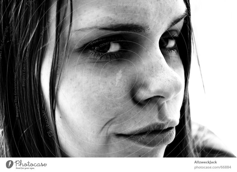 Die Schnute Frau Gesicht dunkel Haare & Frisuren Mund Sommersprossen skeptisch Enttäuschung Mensch Unglaube Vor hellem Hintergrund