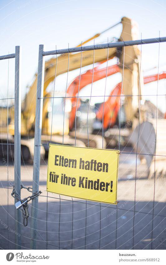 bauzäune anbaggern verboten. Handwerker Arbeitsplatz Baustelle Energiewirtschaft Baumaschine Bagger Baggerschaufel Bauzaun Schloss Tor Metall Schriftzeichen