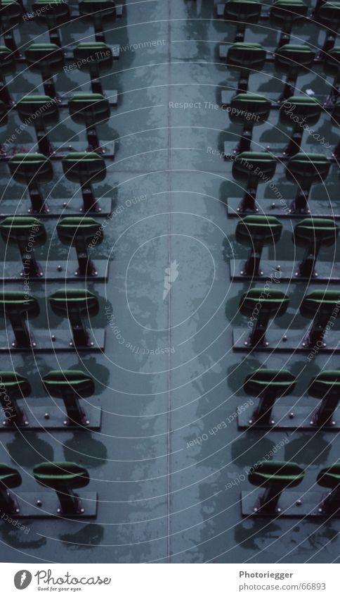 it was a rainy day grün kalt grau Regen Wasserfahrzeug nass leer trist Paris Sitzgelegenheit Symmetrie ungemütlich unbenutzt Seine