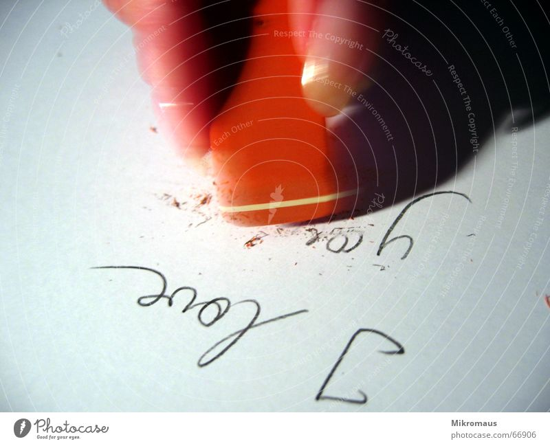 vorbei Liebe Gefühle Traurigkeit Finger Papier Trauer Ende Vergänglichkeit Sehnsucht Schmerz Vergangenheit Verzweiflung vergangen Erinnerung Liebeskummer Radiergummi