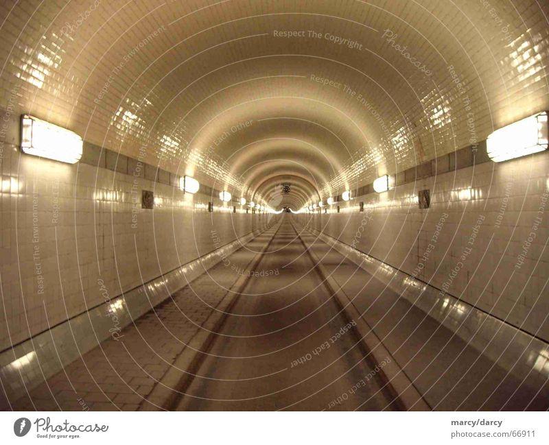 Daylight... Länge Tunnel Licht eng geschlossen Unendlichkeit weiß Unterwasseraufnahme schmal lang Einsamkeit Asphalt dunkel zentral Mitte erleuchten hell