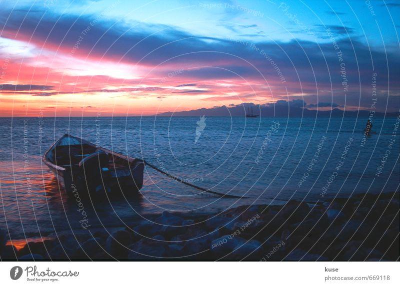 Fischerboot im Sonnenuntergang Ferien & Urlaub & Reisen blau Sommer Meer rot ruhig Ferne Strand schwarz Küste Freiheit Glück träumen rosa orange Tourismus