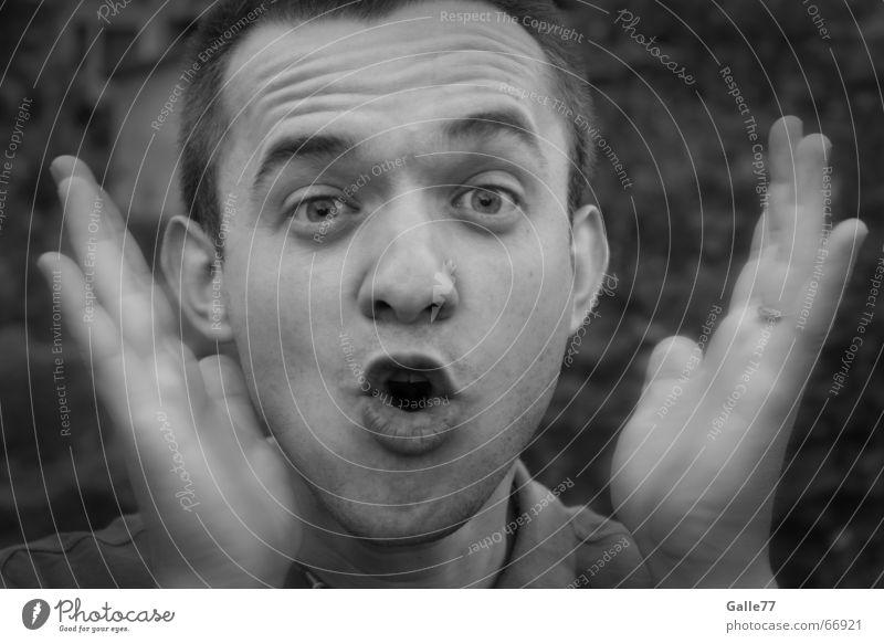 Überraschung Porträt Mann schwarz weiß grau Lippen Hand erschrecken Gesicht Auge Nase Mund