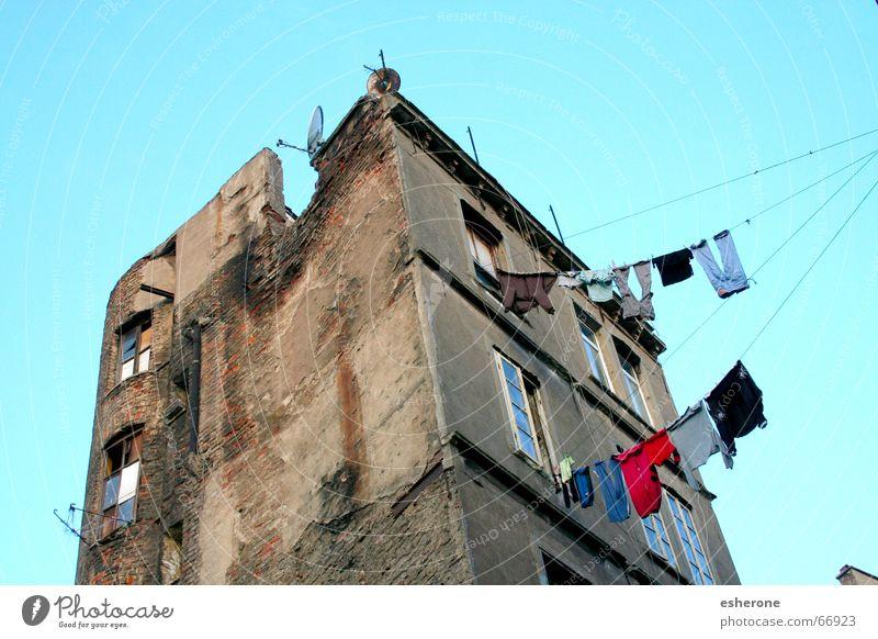 altes Haus mit Wäsche Ruine Fenster Mauer Istanbul ist Himmel blau