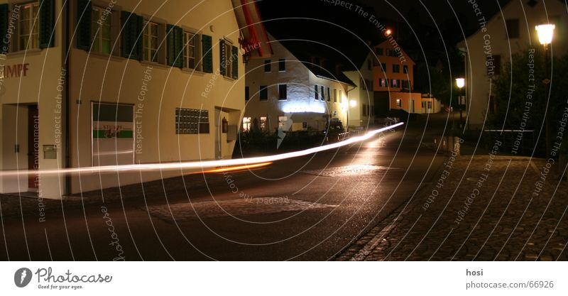 Nachtaktiv Ferien & Urlaub & Reisen Haus Straße Bewegung laufen Verkehr Geschwindigkeit Brücke fahren Dorf Laterne Café Motorrad Pflastersteine unterwegs