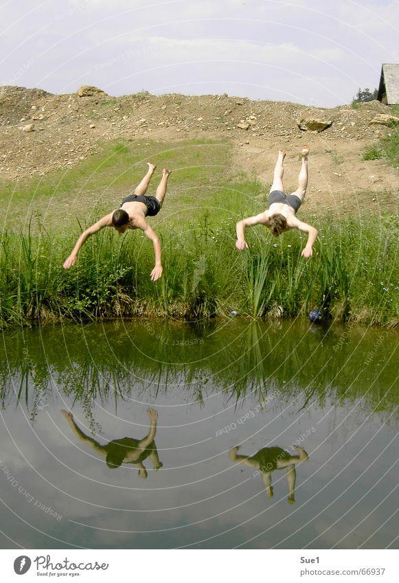 Fliegen kann so schön sein! Mensch Wasser Himmel blau Freude Haus springen Berge u. Gebirge Freiheit Landschaft Freundschaft braun Schönes Wetter