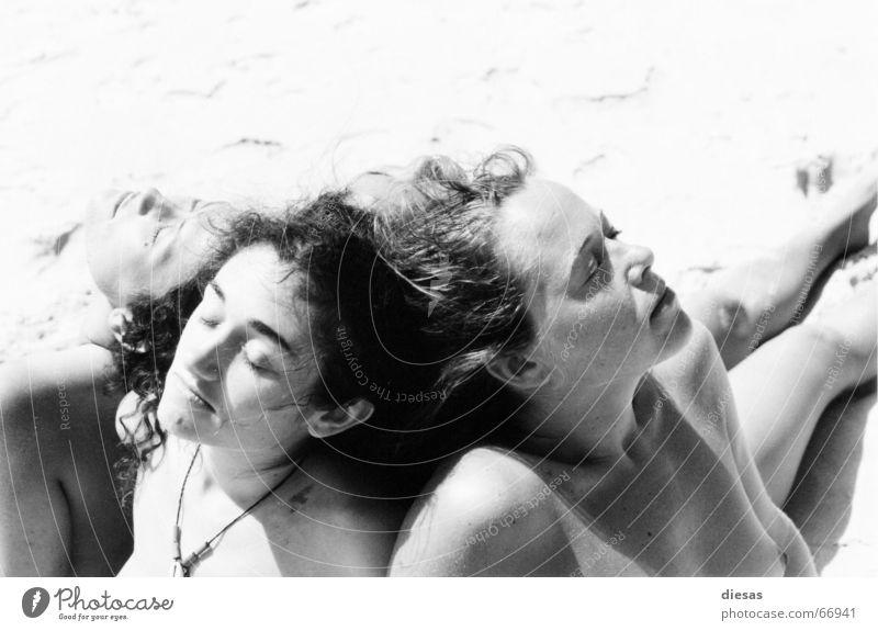 Sonnenanbeterinnen II Frau Strand schlafen ruhig Einigkeit Gelassenheit Mensch Akt feminin Weiblicher Akt Schwarzweißfoto genießen Zusammensein zusammengehörig
