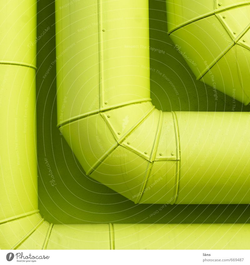 Ecke Haus Gebäude Mauer Wand Metall grün Ordnung Zusammenhalt Eisenrohr Rohrleitung Versorgung Farbfoto Außenaufnahme Menschenleer