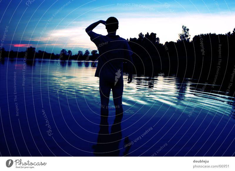 bis zum knöchel im wasser... Teich Badehose Nacht Sonnenuntergang Horizont Wald Mann Aussicht See Reflexion & Spiegelung Wasser Schwimmen & Baden Abenddämmerung