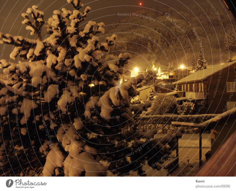 Dorf im Winter Nacht Schnee