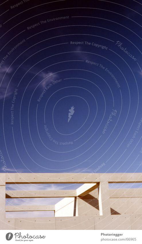 sichtbeton im abendlicht Beton Haus Wand streng Flachdach Trier Himmel betonträger sützen dachterasse minimlistisch Schatten lgs-gelände