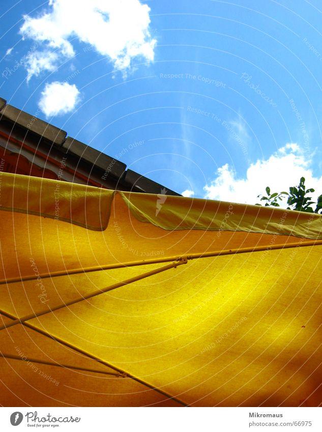 guck mal nach oben Sommer Sonne Sonnenschirm Wolken Himmel blau gelb Erholung Ferien & Urlaub & Reisen Pause Sonnensegel Wetterschutz Schutz Garten