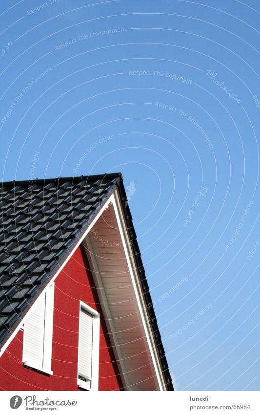 Hausgiebel Himmel weiß blau rot Sommer Fenster Garten Dach Schönes Wetter Schweden Fensterladen Dachziegel Rollo Dachgiebel