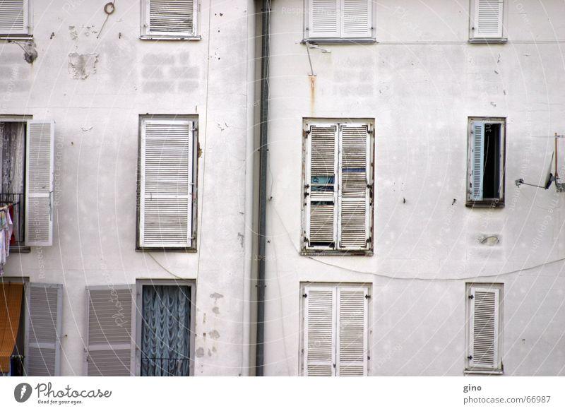 fassade alt weiß Ferien & Urlaub & Reisen schwarz Fenster Mauer Glas Fassade geschlossen offen Dach Backstein Vorhang Putz Wäsche Hinterhof