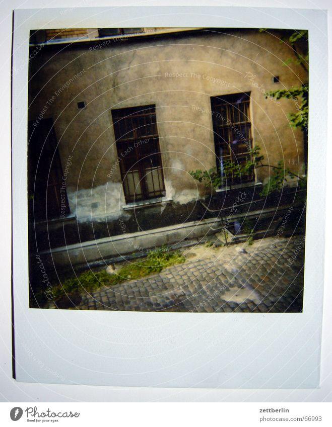 Polaroid I Berlin Fenster 2 Kopfsteinpflaster Hinterhof Einfahrt