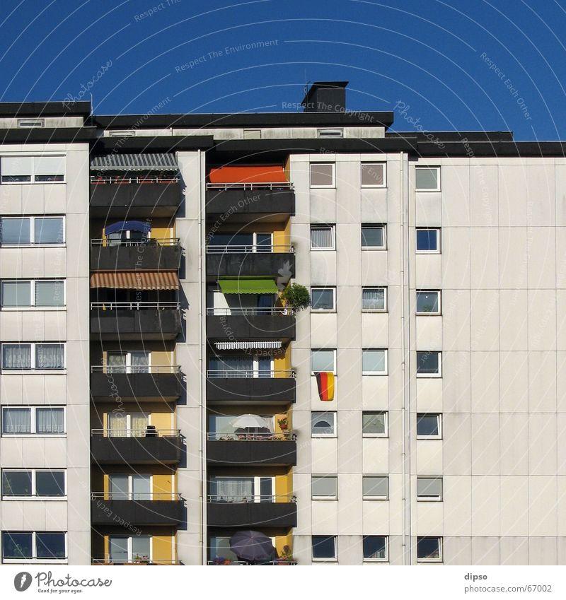Der letzte Mohikaner Fahne Hochhaus Markise Beton mehrfarbig Deutschland Plattenbau