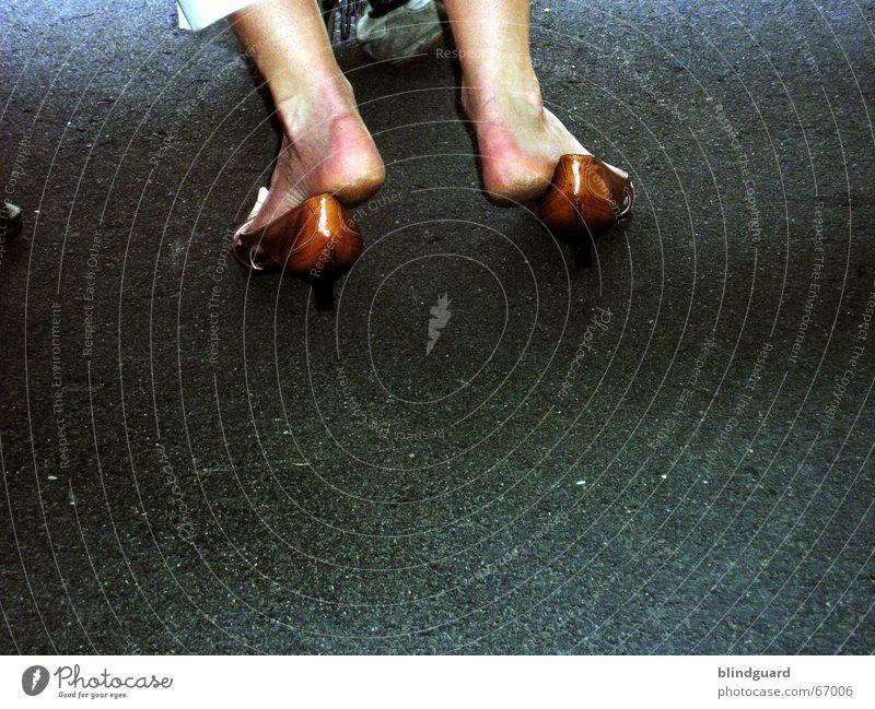 Wer schön sein will, muß ... Erholung Straße Wege & Pfade Beine Fuß Schuhe sitzen Beton Schmerz blasen eng bequem entkleiden unbequem keine Ahnung