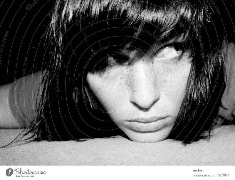 mission im*puss*ible schwarz weiß Lippen Tanzfläche Frau Neugier Angst white black face Gesicht Haare & Frisuren Nase Auge Mund hair lying Bodenbelag Aufgabe