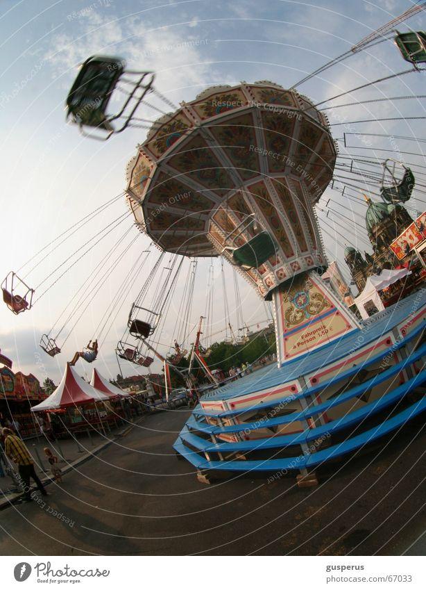{ drehwurm zwo } blau Sonne Freude Wolken Kindheit Freizeit & Hobby Ausflug verrückt leer Jahrmarkt kahl Karussell Fairness Lichterkette Schwindelgefühl Vergnügungspark