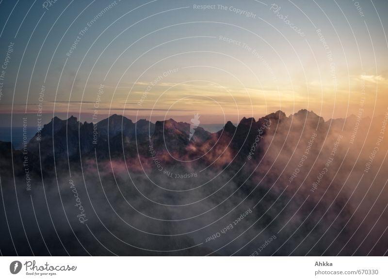 Lofoten XXIV Meer Einsamkeit Landschaft Wolken dunkel Berge u. Gebirge Traurigkeit Tod oben Horizont Stimmung träumen Kraft Nebel Klima Vergänglichkeit