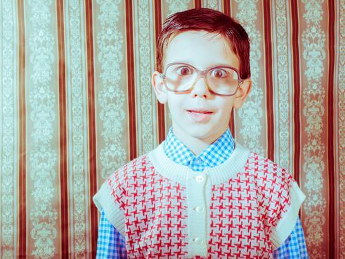 Lächelndes Kind mit Brille in Vintage-Kleidung Lifestyle Glück Mensch Kleinkind Junge Paar Kindheit Mode Hut alt Liebe klein niedlich retro schwarz weiß