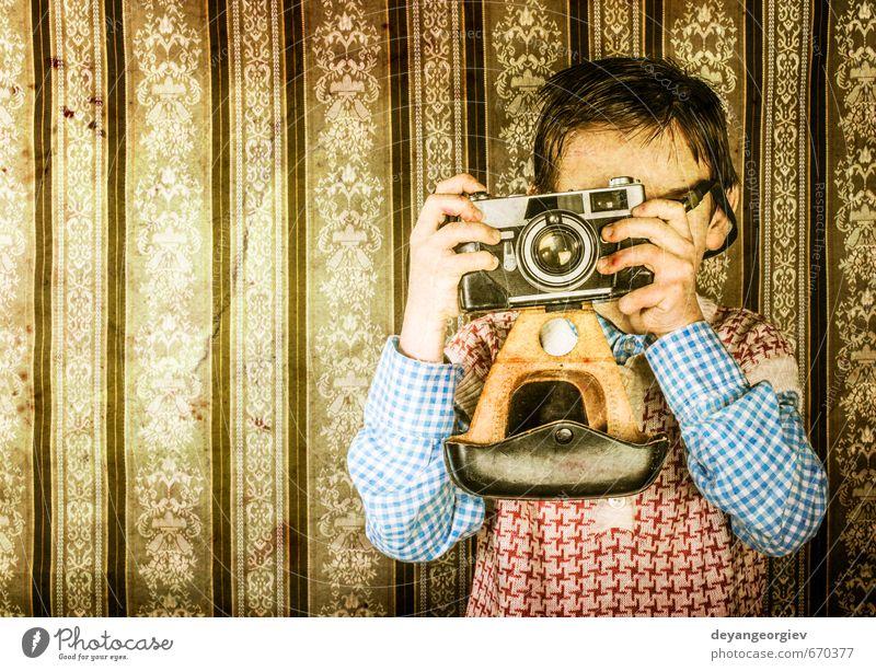 Junge mit Oldtimer-Kamera Lifestyle Glück Kind Fotokamera Kindheit alt klein niedlich retro weiß Nostalgie altehrwürdig jung Fotografie Kaukasier Hintergrund