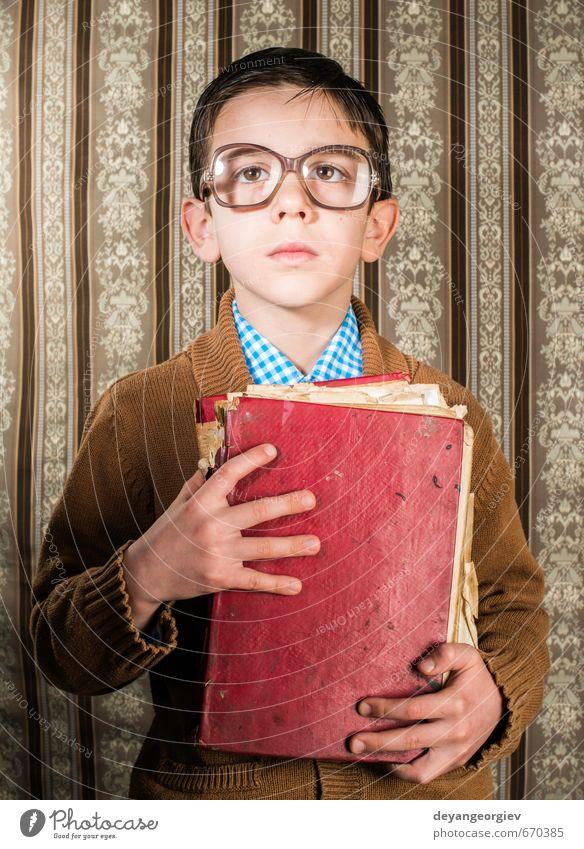 Kind mit Brille hält rotes Vintage-Buch fest lesen Schule Mensch Junge Vater Erwachsene Kindheit alt historisch retro schwarz weiß altehrwürdig Fotografie