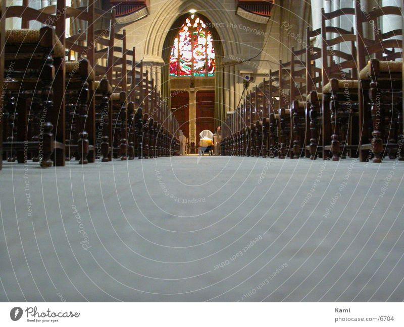 unter den Bänken Religion & Glaube Architektur Stuhl Bodenbelag Gotik Kathedrale Gotteshäuser Kinderwagen