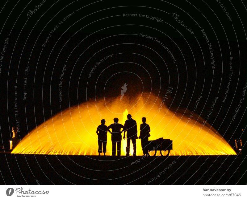 Das Geheimnis eines Sommers Mensch Wasser Familie & Verwandtschaft orange Brunnen Hannover Illumination Handwagen Herrenhäuser Gärten