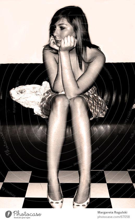 gedankenverloren Frau Traurigkeit Denken Schuhe Beine Trauer Kleid Sofa verträumt Sepia