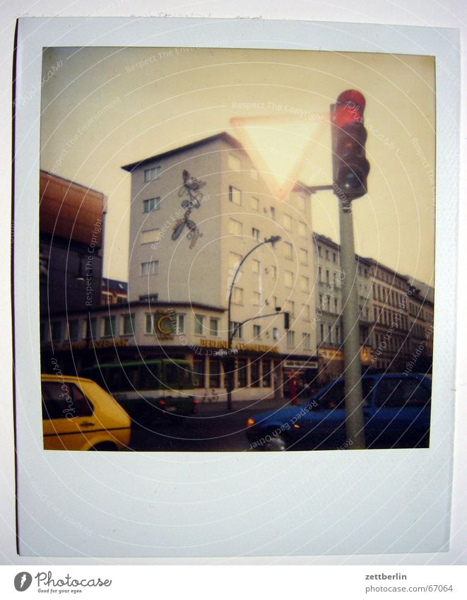 Polaroid II Fass Straßenverkehr gelbes auto blaues auto rote ampel kunst am bau