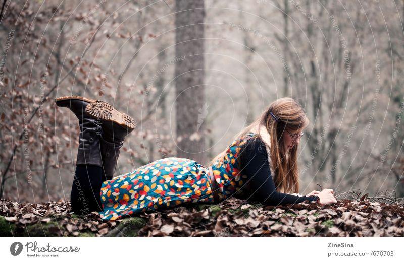 im Laub Mensch Natur Jugendliche Erholung ruhig Blatt 18-30 Jahre Wald Erwachsene feminin Herbst liegen Freizeit & Hobby Erde Zufriedenheit entdecken