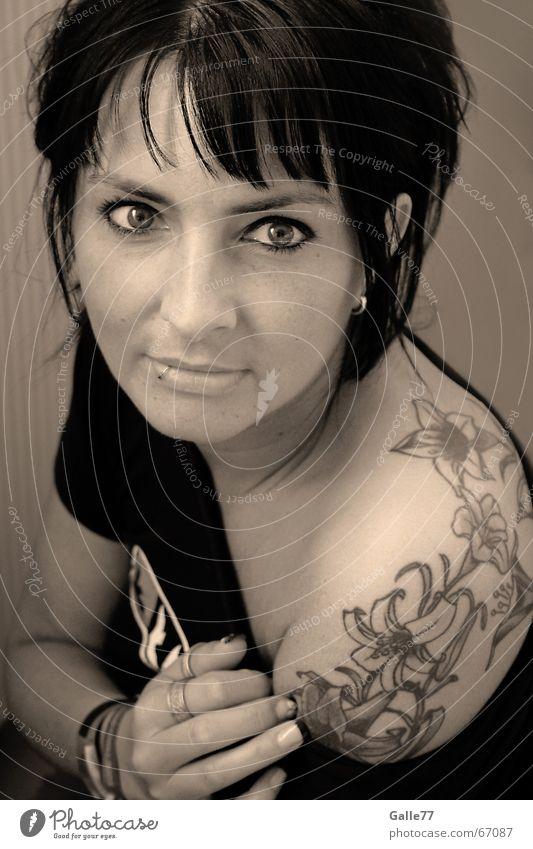 Sweetest Tatoo Frau Porträt schwarz weiß Blume Schulter geschminkt Lippen Auge Nase Mund sweetest tatoo pearcing Blick Tattoo