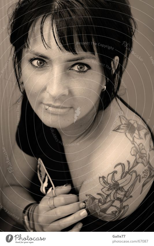 Sweetest Tatoo Frau weiß Blume schwarz Auge Mund Nase Lippen Porträt Schulter Mensch geschminkt