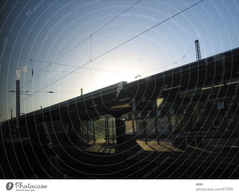 roadmovie 01 Sonne Ferien & Urlaub & Reisen ruhig Stimmung warten Eisenbahn Kabel fantastisch Gleise Bahnhof Langeweile Leitung unterwegs