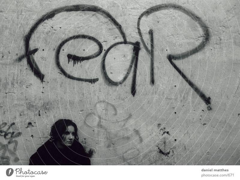 angst Frau Herbst Mensch Graffiti scwarzweiß
