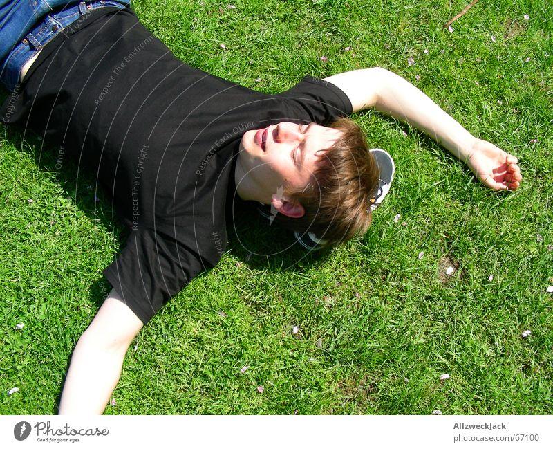 SOL oholiker Mann Jugendliche Ferien & Urlaub & Reisen grün ruhig schwarz Wiese Wärme Gras Glück Zufriedenheit Freizeit & Hobby leuchten schlafen Bodenbelag