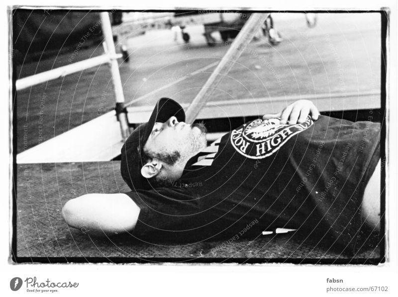 DER ROADIE VOR DEM STURM weiß Einsamkeit schwarz ruhig Erholung Spielen Arbeit & Erwerbstätigkeit Aktion schlafen Bodenbelag trist Pause Bett Liege Beruf
