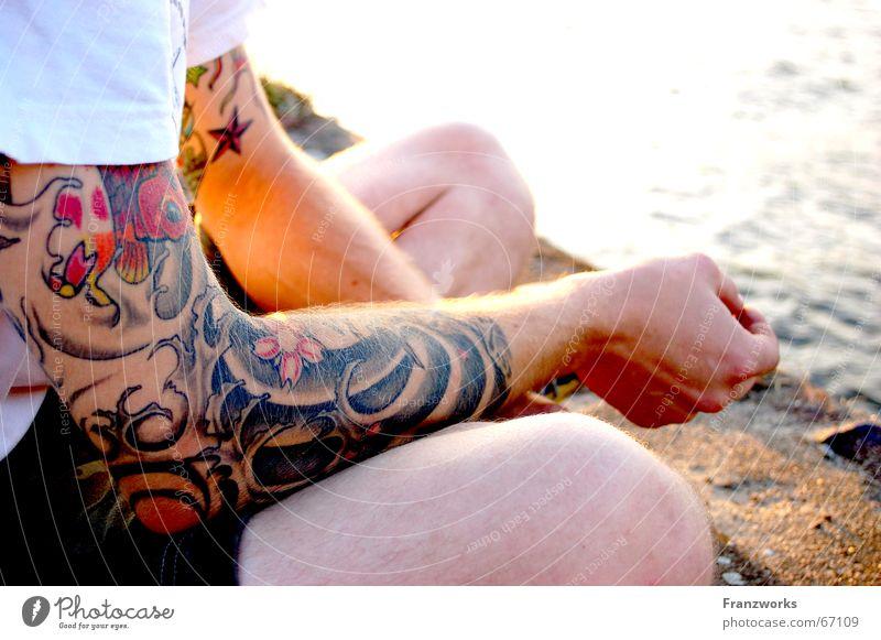 Welle zu Wasser... Rock 'n' Roll Punkrock old-school Wellen Schneidersitz ruhig Gelassenheit Tattoo Elbe Arme Beine denkpause