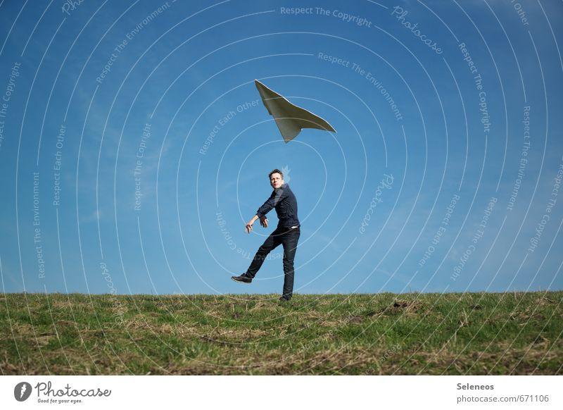 starten Mensch Himmel Jugendliche Mann 18-30 Jahre Ferne Erwachsene Wiese Gras Freiheit Horizont fliegen maskulin Luftverkehr Schönes Wetter Ausflug