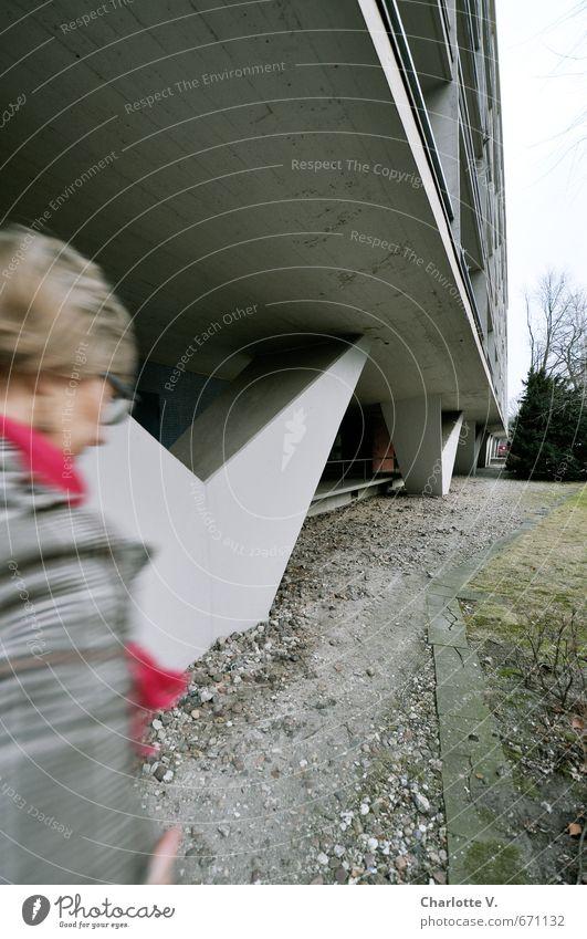 Self | Nachzügler Mensch Frau Stadt kalt Erwachsene Wand Leben feminin Bewegung Wege & Pfade Architektur Mauer Berlin grau rosa Fassade
