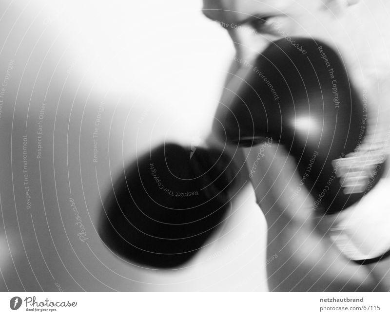 ich hau dich wech! Mann Bewegung grau gehen Geschwindigkeit bedrohlich Lautsprecher Aggression Handschuhe Schlag schlagen Mörder Boxer drohend