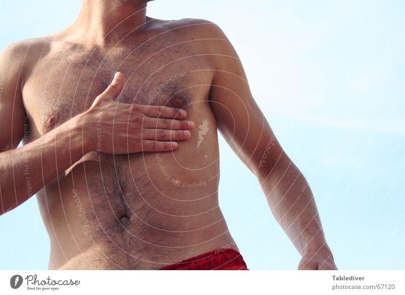 Hand aufs Herz, Sunnyboy! Mann Himmel Sonne Strand Arme Brust Schönes Wetter Hals Shorts Brustwarze Blauer Himmel Bauchnabel Badehose