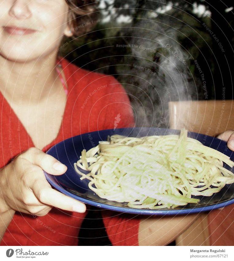 bon appetite Nudeln Frau Teller heiß Mittagessen Ernährung Appetit & Hunger Wasserdampf Essen
