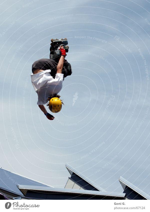 comin' down Inline skates Helm Sporthelm himmelblau Wolken verkehrt Fahrer Mann Junger Mann springen Stunt Dach Himmel aggressive skating Schönes Wetter abwärts