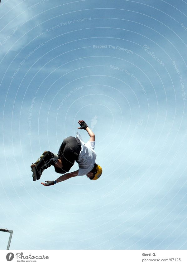 flyhi*gh Inline skates Helm Sporthelm himmelblau Wolken verkehrt Fahrer Mann Junger Mann springen Stunt Dach Himmel aggressive skating Schönes Wetter abwärts