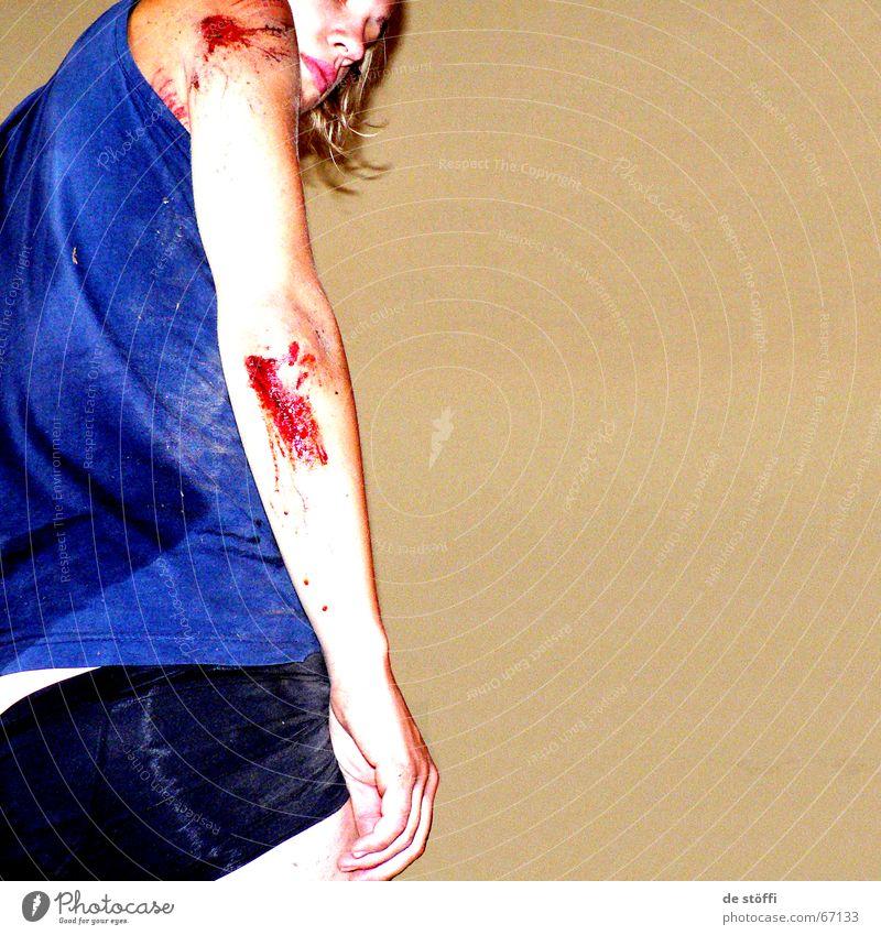 üble.SCHMERZEN Frau rot Arme Schmerz Blut Unfall Desaster Irritation Wunde Notfall Schweiß Kruste Herz-/Kreislauf-System Bewusstseinsstörung Einschränkung