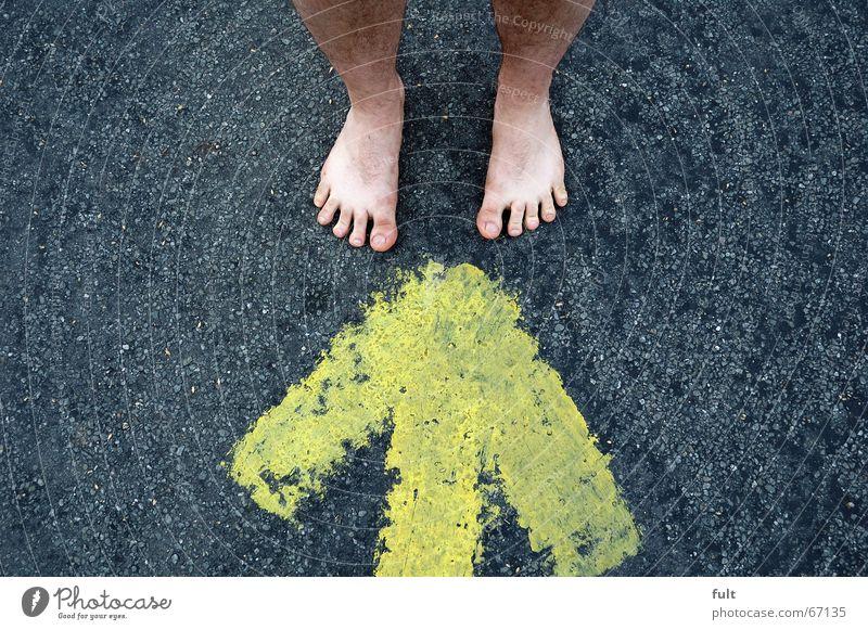 füsse gelb Stil Fuß Haut stehen Bodenbelag Pfeil Richtung Zehen Teer